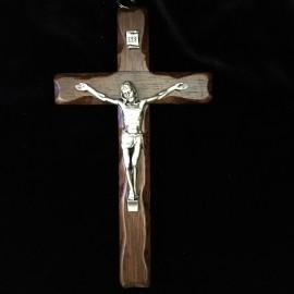 Crucifix en bois foncé avec Christ en métal argenté