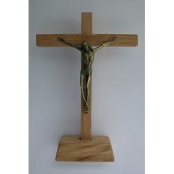 Crucifix en chêne sur socle...